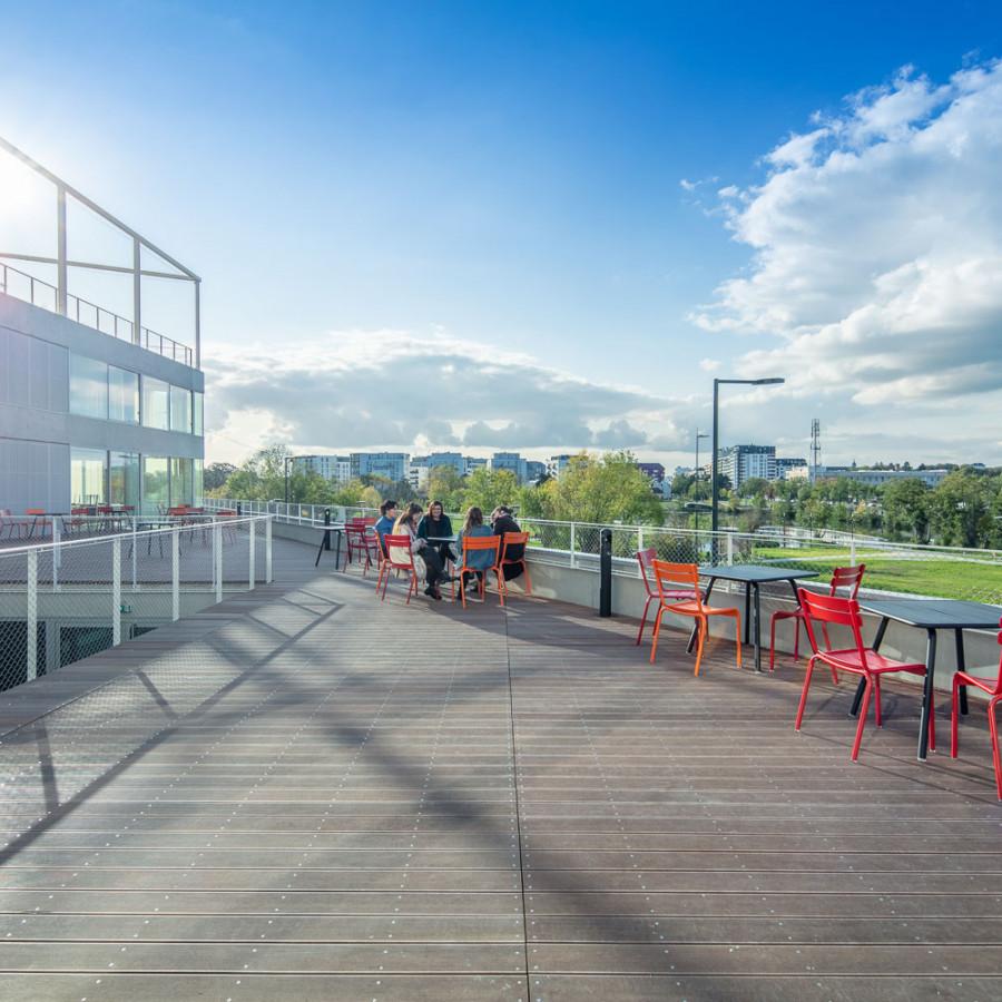 Terrasse extérieure du campus de l'ETPA Rennes